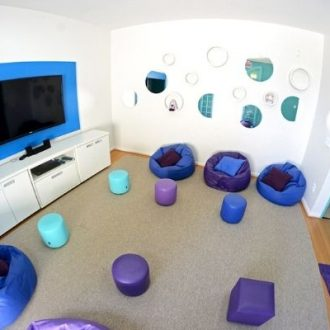 Sala branca com tv