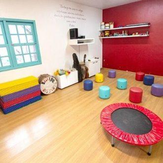Sala parede branca e vermelha